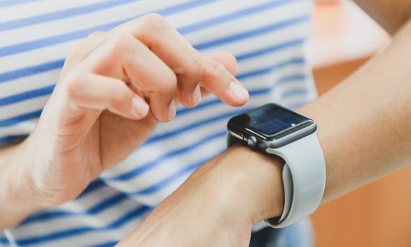 كيف تقوم بتحويل مكالمة أو رسالة أو بريد إلكتروني من ساعة أبل للآي-فون