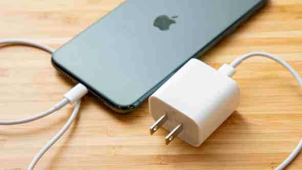Apple विशेषज्ञों के अनुसार, iPhone चार्ज करते समय आप सबसे बड़ी गलती कर सकते हैं