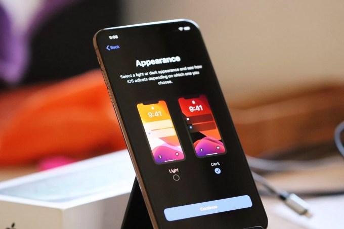 Выбор темы на iOS 13 в iPhone