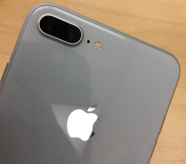 iPhone 8 Plus blanco por detrás, con su funda de cristal