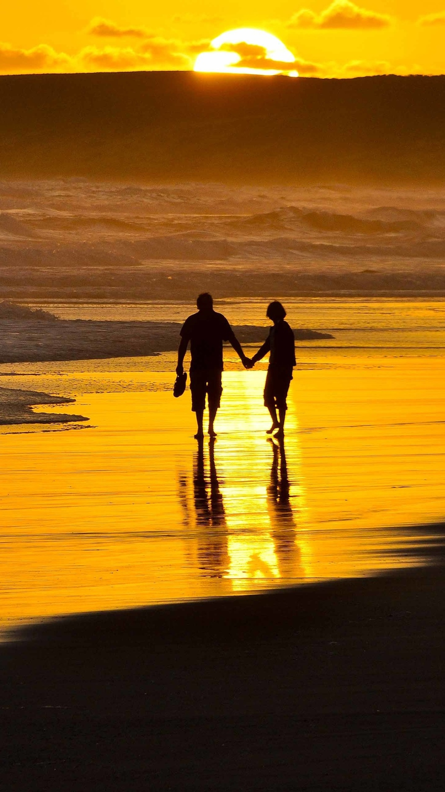 Artistic Quotes Wallpaper Couple Holding Hands On Beach Iphone Wallpaper Iphone
