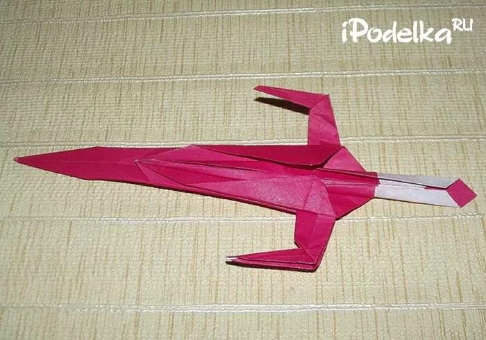 如何在折纸技术中将剑折叠纸张