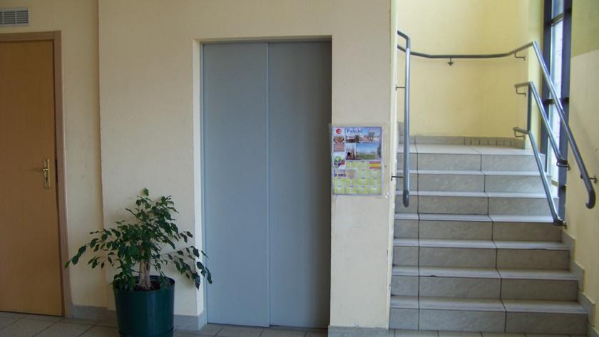 nieczynna od lat winda w budynku OSiR