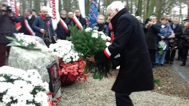 Jerzy Buzek składa kwiaty