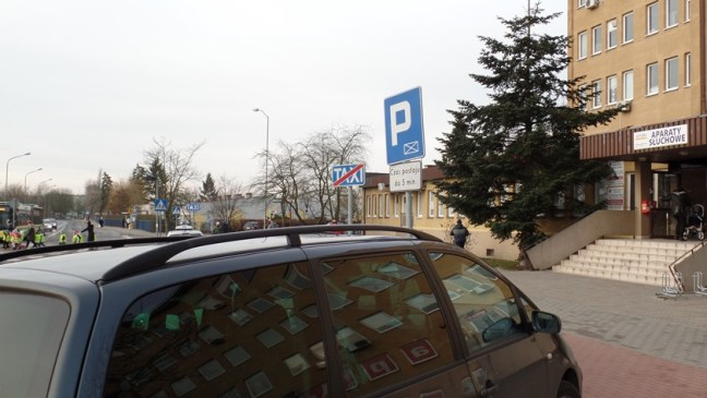 miejsca postojowe przy przychodni w Policach