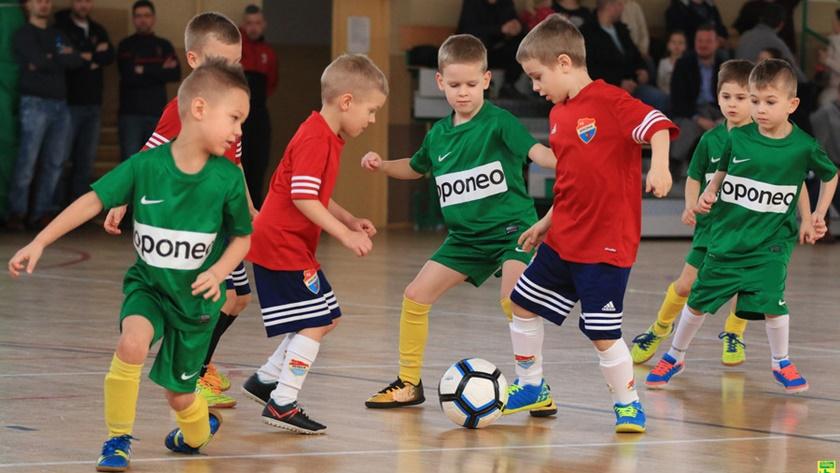 mecz, najmłodsi piłkarze w hali przy Piaskowej
