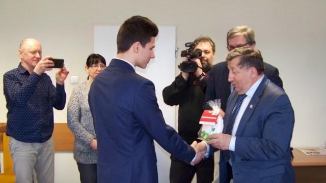 młody ratownik przyjmuje gratulacje od burmistrza Polic