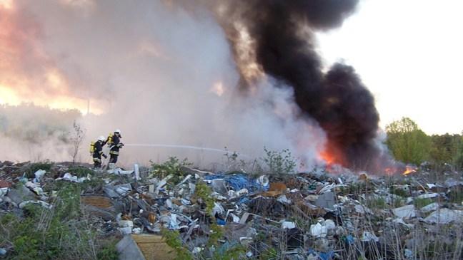 strażacy gaszą pożar wysypiska przy ulicy Kamiennej w Policach