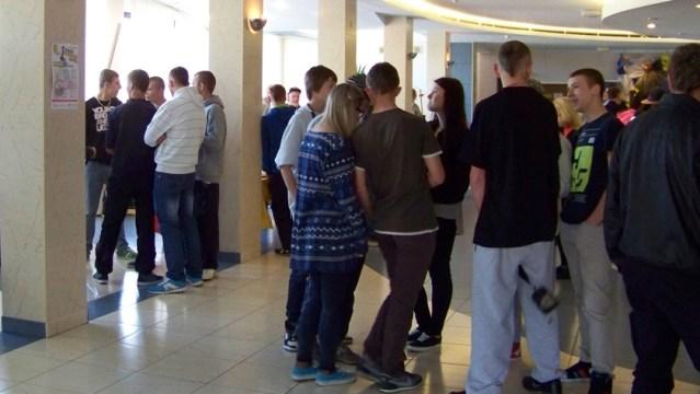tłumy w hallu MOK