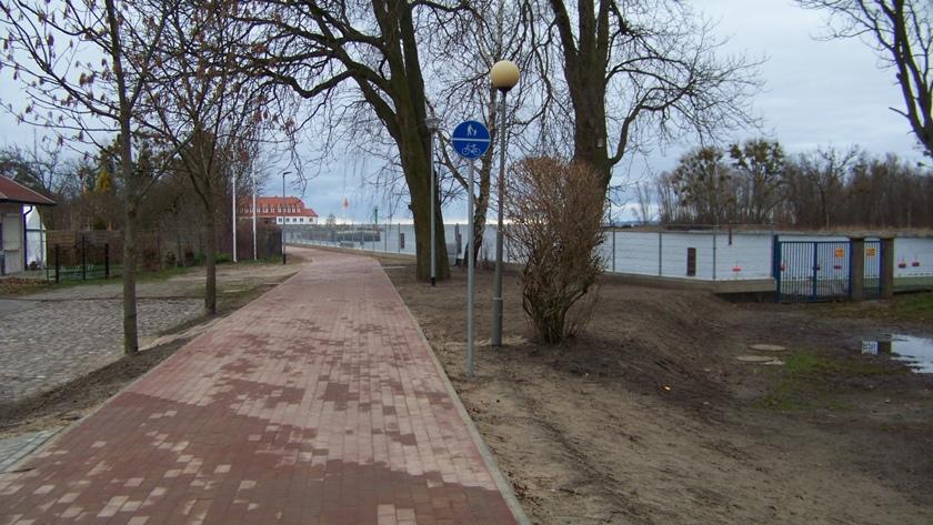 ścieżka rowerowa i wał przeciwpowodziowy w Trzebieży