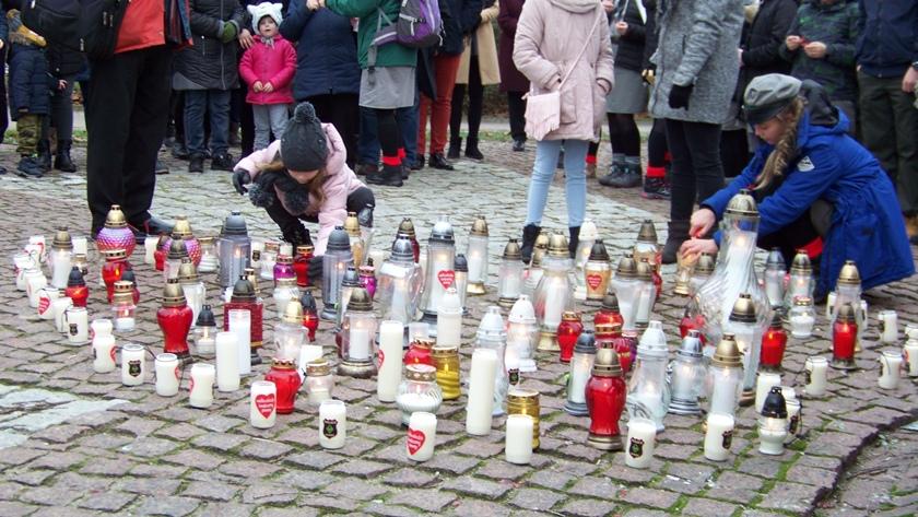 znicze dla Pawła Adamowicza pod pomnikiem papieża