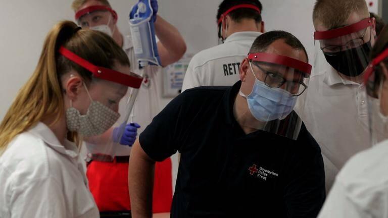 Dozent - Lehrer mit Maske und Gesichtsvisier