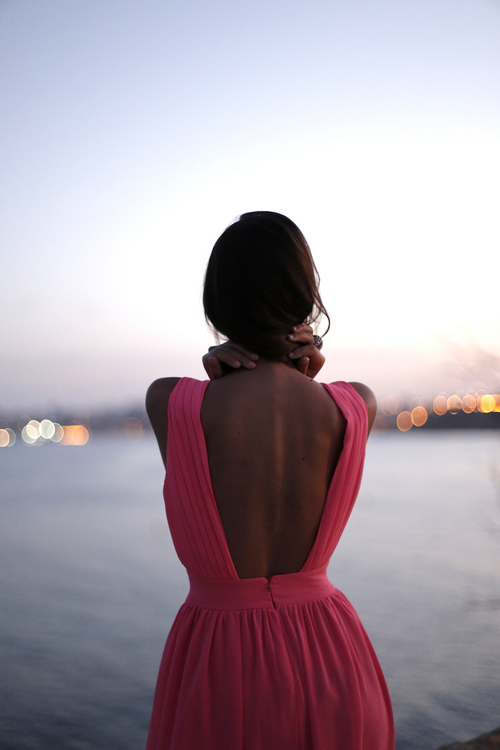 Картинки девушка спиной брюнетка, днем