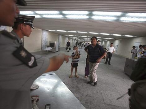 Čínska polícia zasahuje pri jednom z protestov pred olympijskými hrami.