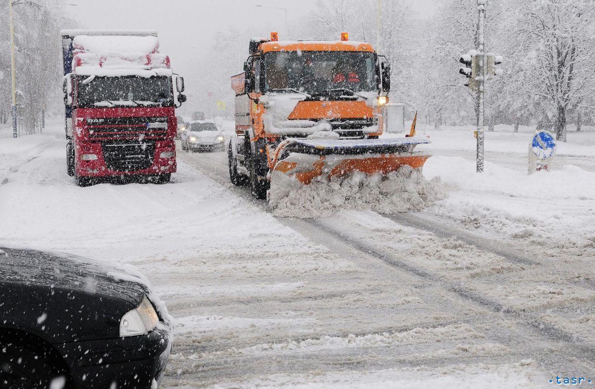 Na snímke vľavo odstavené kamióny vpravom jazdnompruhu na Levočskej ulici.