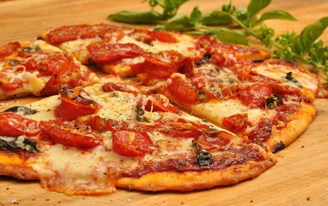 Pizza_with_tomatoes