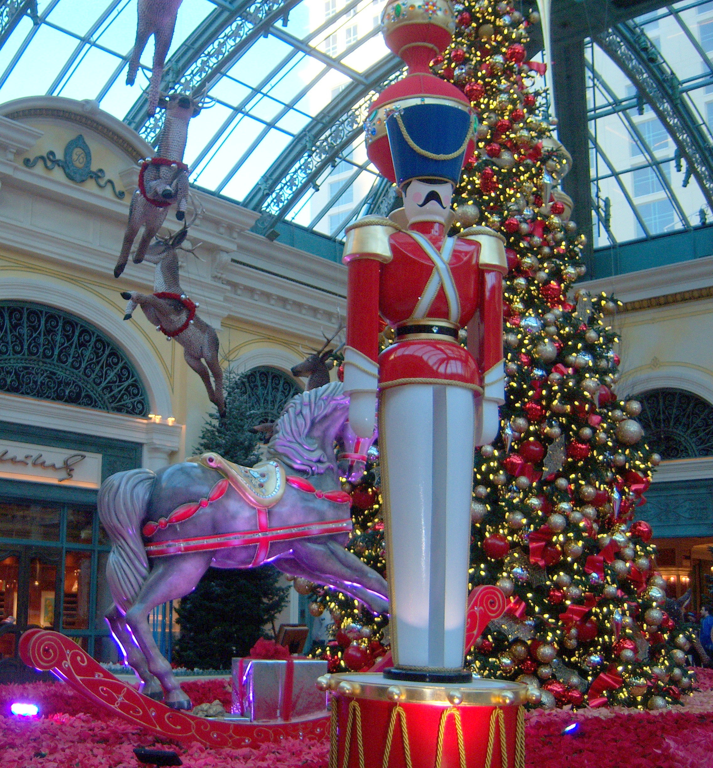 Bellagio las vegas christmas decorations for When does las vegas decorate for christmas