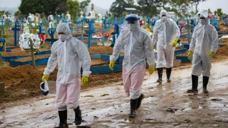 抗议者戴上镣铐和锁链 图源:外媒