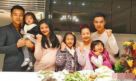 一艘美军航母有多难击沉?坚固程度想象不到,导弹也奈何不了