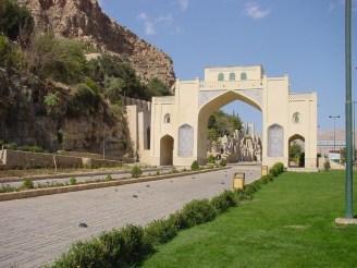 Das Koran-Tor an der Ausfahrt Richtung Persepolis