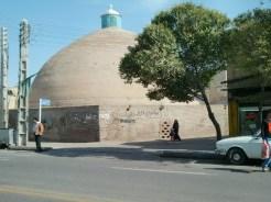 Die Kuppel eines großen Wasserreservoirs