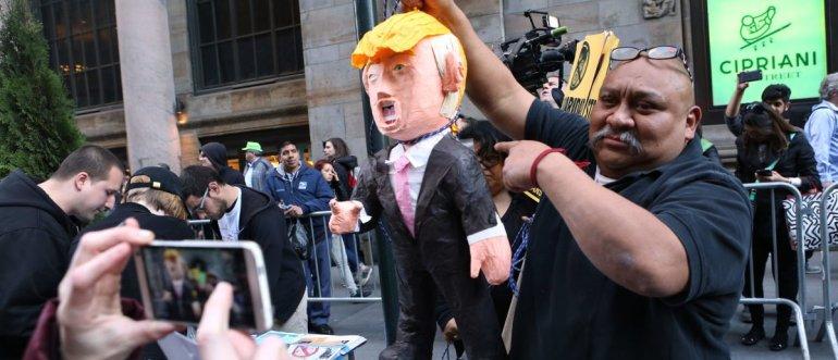 Trump-pinata-protest-e1531922614330