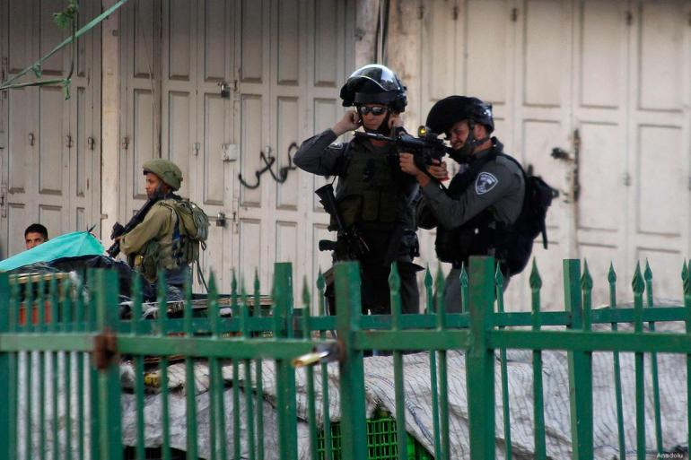 20160919_Israeli-soldier-takes-aim-during-clash-with-palestinian-protestors-in-hebron-2