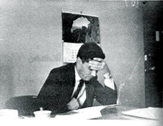 الدكتور سامي سعيد الأحمد يعدّ بحثًا لمؤتمر عالمي في جامعة دنفر، سنة 1965. (التقط الصورة أحد طلابه)