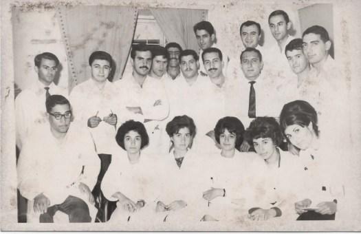 مع الاستاذ المرحوم الدكتور تحرير الكيلاني ومقيم اقدم هشام الدوري ومجموعة من الزميلات و الزملاء في ردهة 12، 13عام 1966