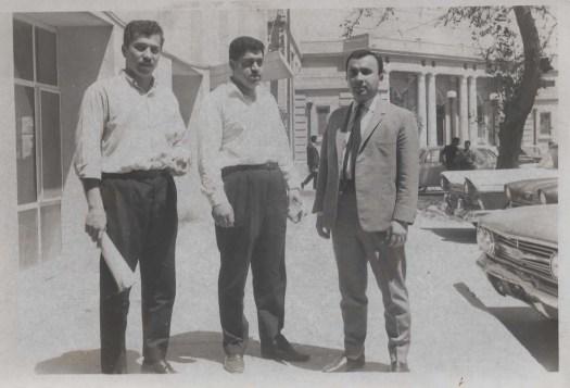 في ساحة الكلية الطبية مع الدكتور اياد البير(على اليسـار) والدكتور المرحوم سـامي وصفي (على اليمين)