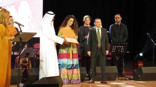 الفنانه السورية زينة افتيوموس تستلم التكريم نيابةً عن الأستاذ سليم الذهبي