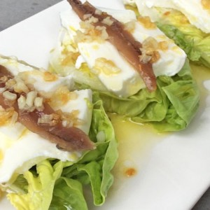 Cogollos con anchoas y queso fresco