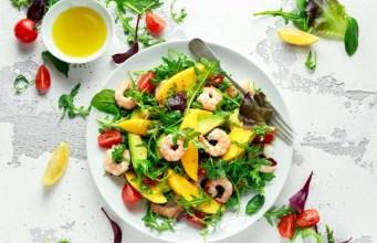 Ensalada fría de camarones, rúcula y nueces ¡Fresca y diferente!