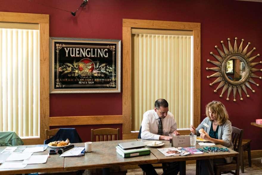 Pennsylvania, contea di Monroe: una coppia mangia durante un Tea e Coffee party organizzato per i pensionati al Louie's Pub570.