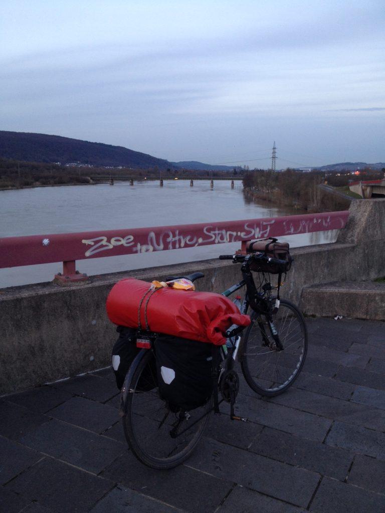 Auf der Saarbrücke an der Saarmündung in die Mosel bei Konz. Man kann den Camping sehen. Es ist sehr laut. Diesseits und jenseits beider Flüsse.