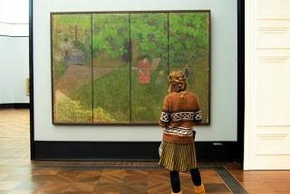 Museumsbesucherin vor Gemälde in der Alten Nationalgalerie Berlin. Foto: Juna Grossmann