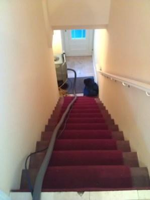 Blick nach unten von der ersten Treppe auf unsere Haustuer