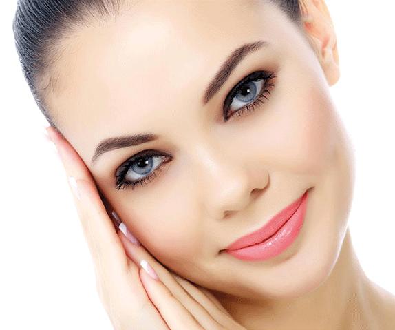 bellissimo volto di donna con cipria rebecca mineral powder