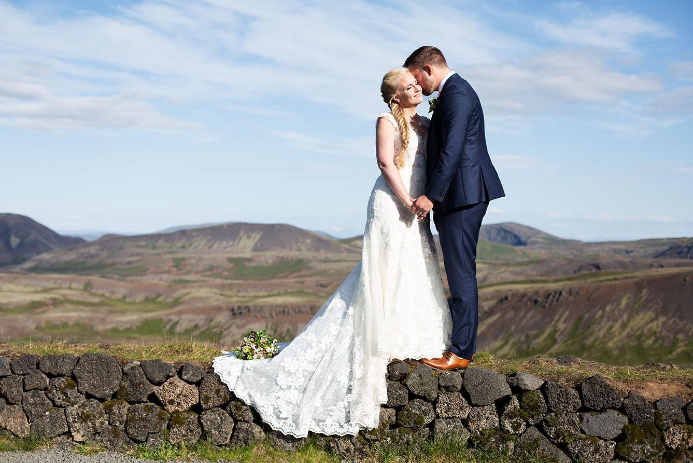 Brúðhjón standa á grjóthleðslu á Nesjavöllum