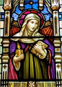Brigid, Sainte patronne d'Irlande: Un vitrail représentant Ste Brigid la représente tenant la flamme