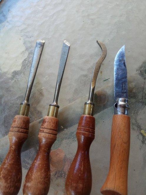 כלי גילוף יכולים לסייע בפתיחת חורי היקרונית. במיוחד הסכין והכלי המעוקל שסמוך אליו. תודה לאור שהביא לעבודה כלים המשמשים אותו לגילוף בעץ.