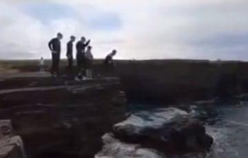 Nastolatki dla zabawy… skaczą z klifów