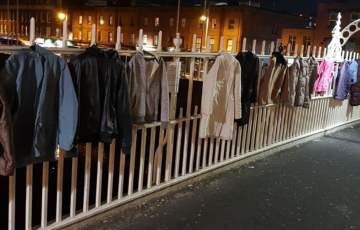 Dublińczycy wieszają na moście kurtki i płaszcze, aby pomóc bezdomnym.