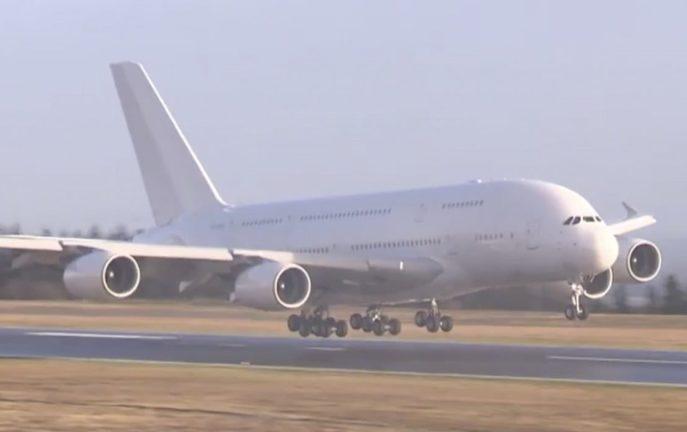 Największy samolot pasażerski na świecie wylądował w Irlandii [WIDEO]