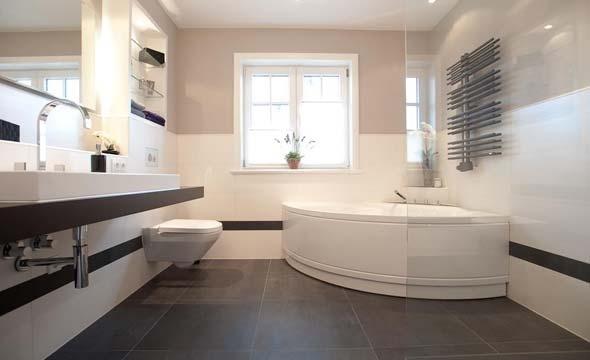 Moderne badgestaltung mit fliesen