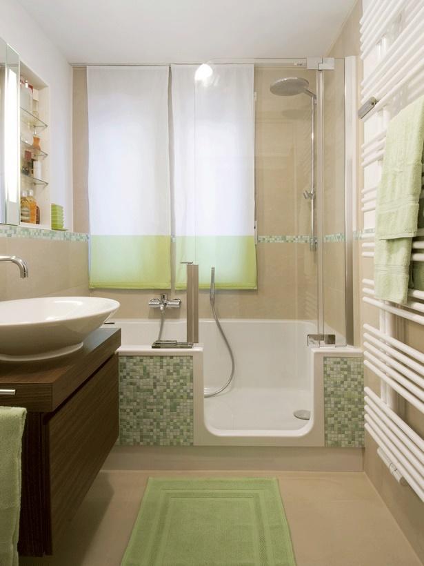 Kleine badezimmer mit dusche und badewanne