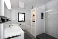 Kleines bad dusche und badewanne