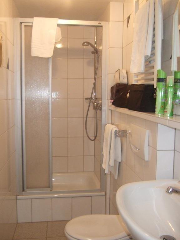 Kleines badezimmer mit dusche