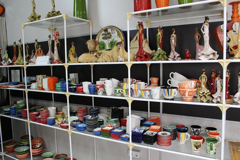3 weeks of solo travel in Spain: 3 days in Cordoba   Ceramic art in the shop