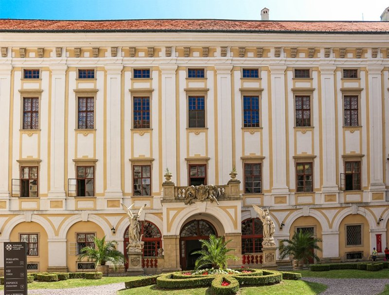 Czech Republic: Visiting Kromeriz Castle and Gardens from Brno   Main entrance to Kromeriz Castle